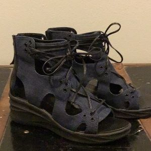 NWOT Elie Tahari Super Cute Jean and black Sandals